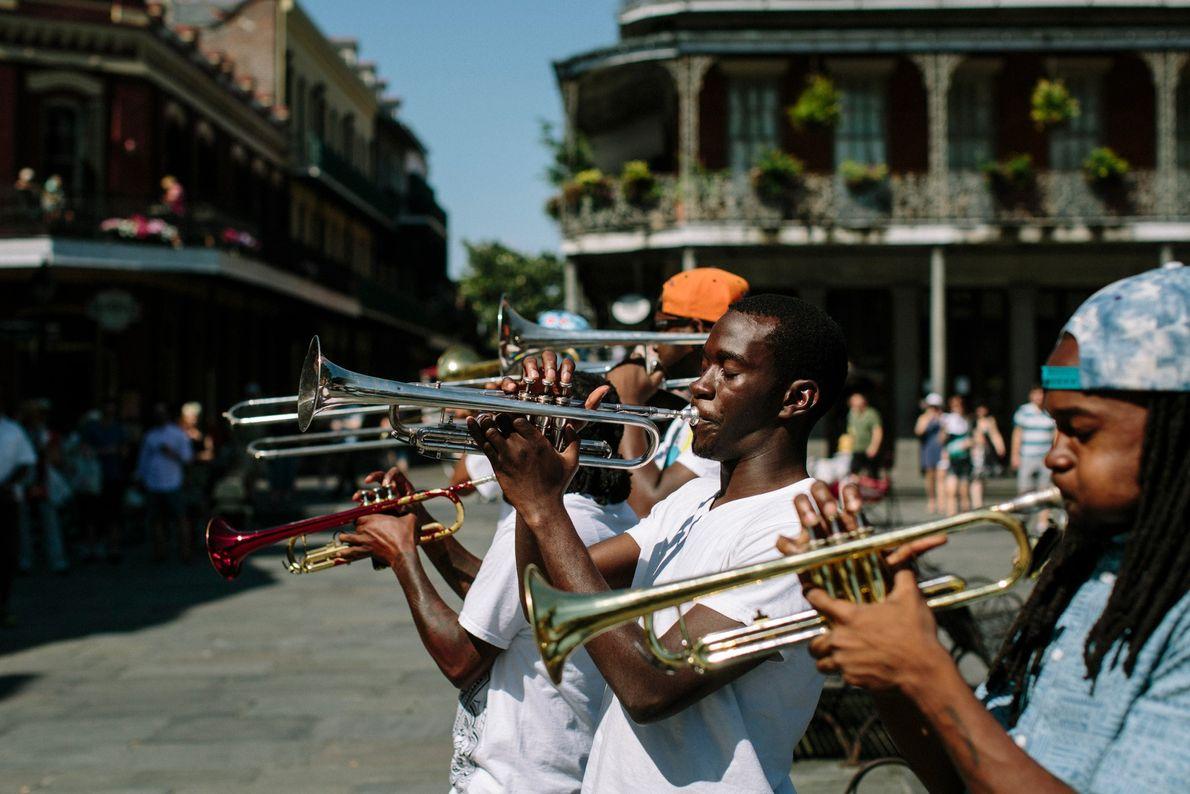NOVA ORLEANS, LOUISIANA Uma banda de metais toca na Lafayette Square, o coração do histórico French Quarter.