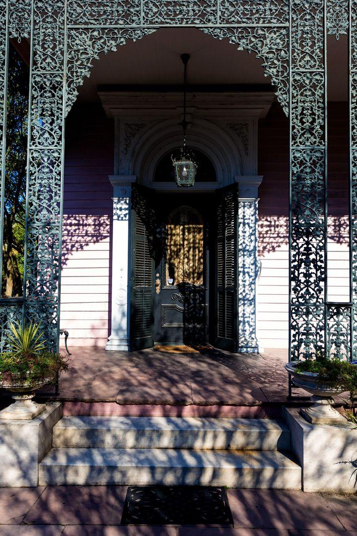 """Terraços e varandas exemplificam o amor dos moradores de Nova Orleans por """"espaços intermediários"""", onde é ..."""