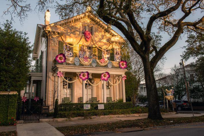 Casa na Avenida St. Charles, em Nova Orleans, que participa do Krewe of House Floats (casas ...