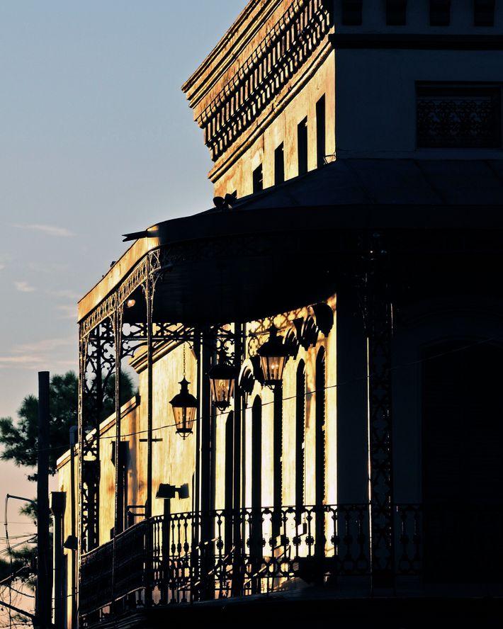 Em Nova Orleans, residências históricas, como as estalagens crioulas, casas no estilo espingarda (estreitas e compridas) ...