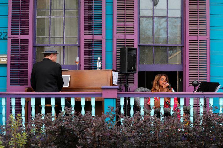 A cantora de jazz Anaïs St. John e o pianista Harry Mayronne se apresentaram na varanda ...