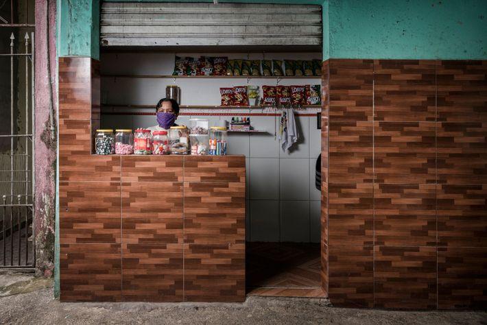 Maria Sale de Pontes em sua loja de doces.
