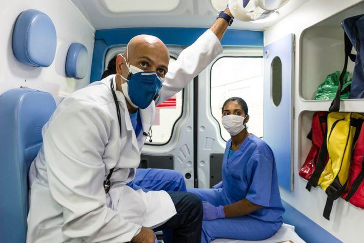 Dr. Ricardo Vieira da Silva, à esquerda, e Patricia Kele dentro de uma ambulância que integra ...