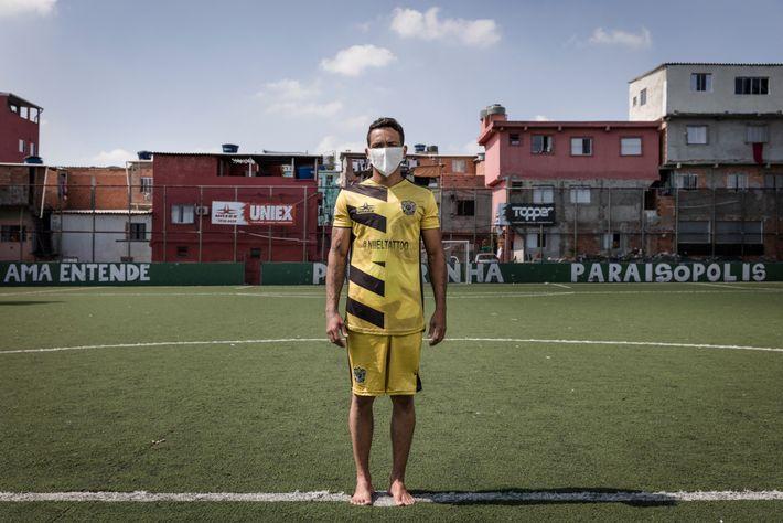 Adriano Silva Santos no campo de futebol de Palmeirinha.