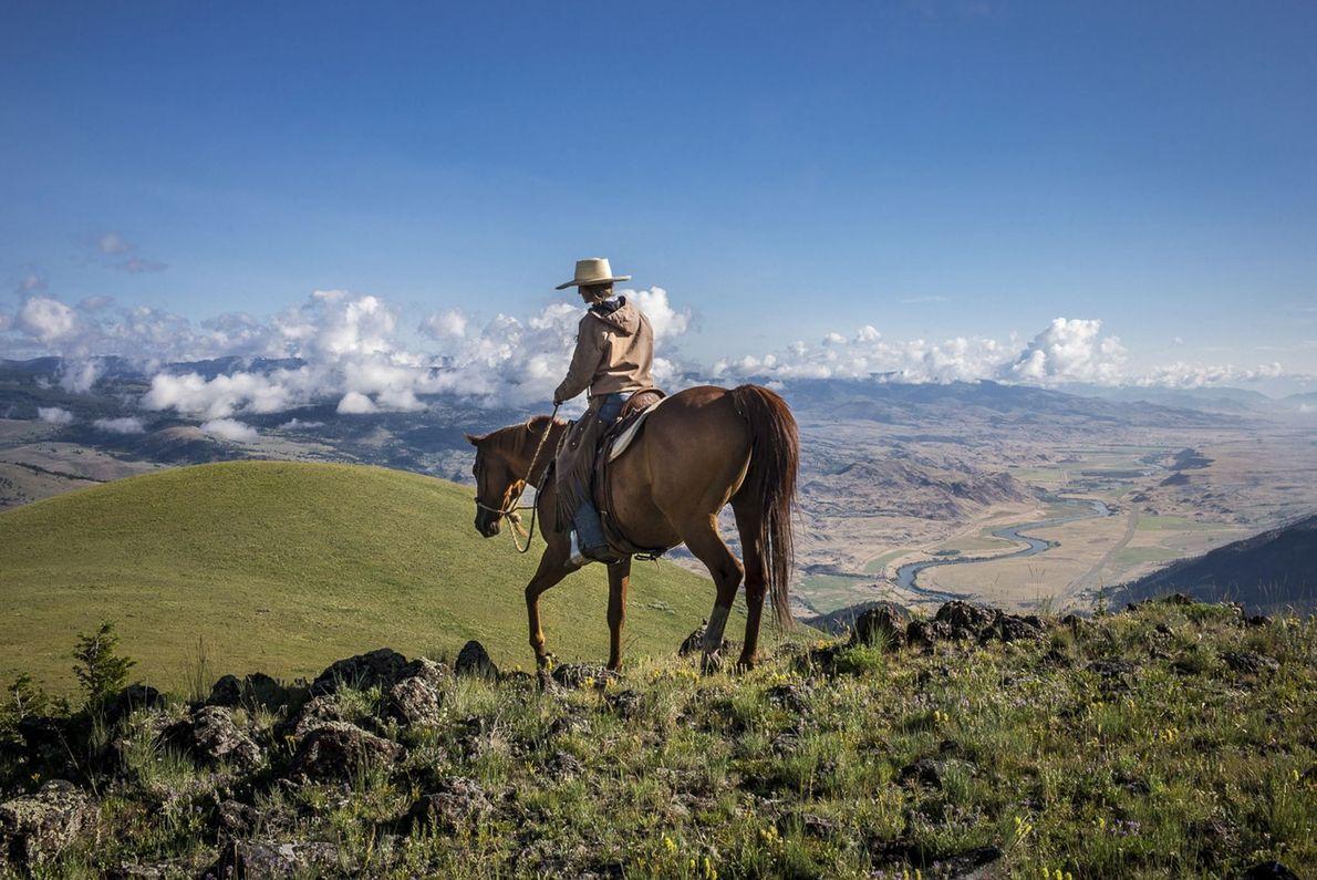 Mulher cavalgando cavalo em rancho