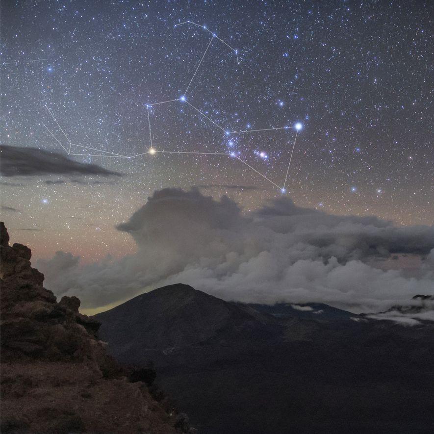Orion é vista no céu acima da Cratera do Haleakala, no Havaí, com as brilhantes estrelas ...