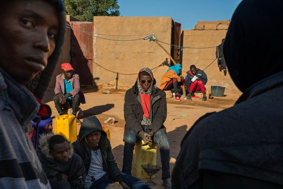 """Jovens do Níger e de outros lugares aguardam em um """"gueto"""" de imigrantes em Agadez, no ..."""