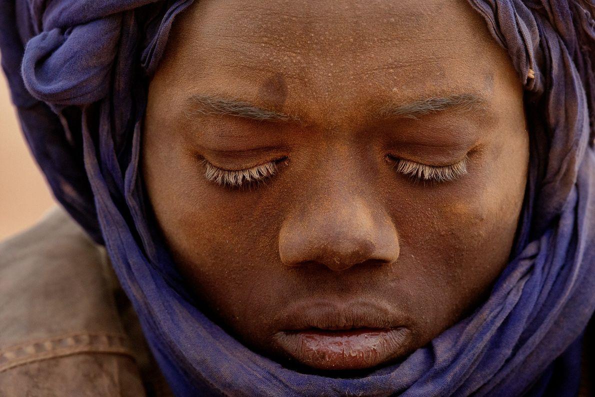 Adolescente sujo de areia devido ao trabalho na mina. Ele é um dos muitos nigerianos que ...