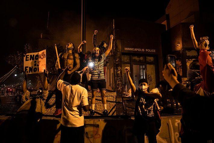 Manifestantes gritam por justiça em frente à delegacia doterceiro distrito policial de Minneapolis.