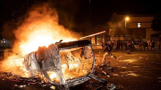 Manifestantes queimam carro próximo à delegacia do terceiro distrito policial de Minneapolis, no estado americano de ...
