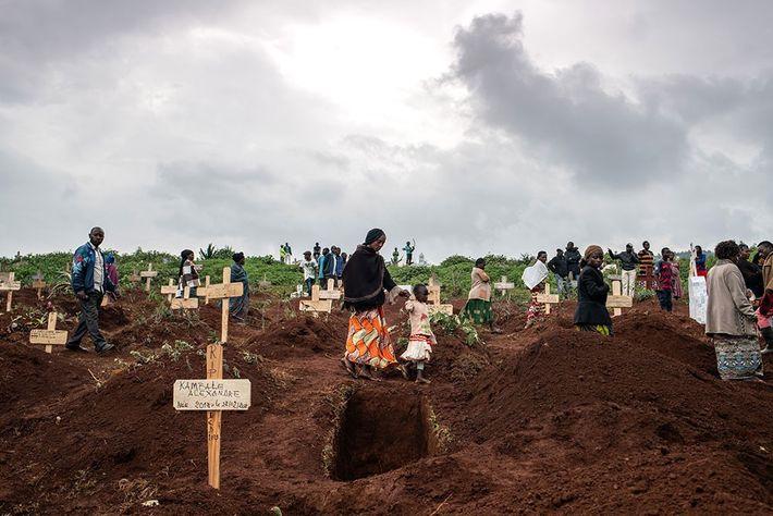 Nuvens se acumulam no céu sobre familiares e amigos em luto, que caminham entre túmulos recentemente ...