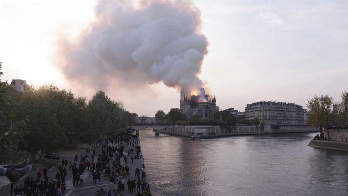 O incêndio de Notre Dame visto das ruas de Paris