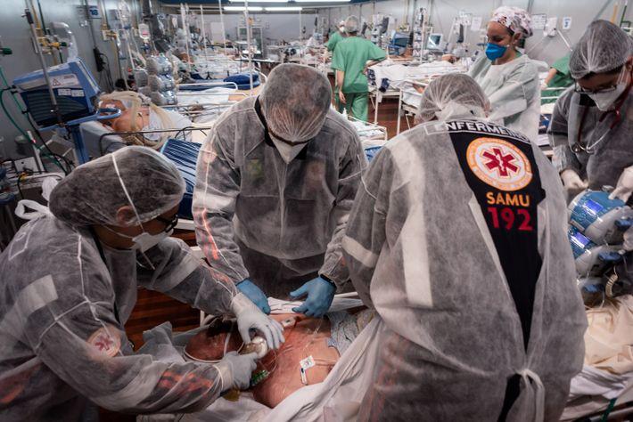 Socorristas preparam paciente de covid-19 para transferência do hospital de campanha Pedro Dell'Antonia, em Santo André, ...