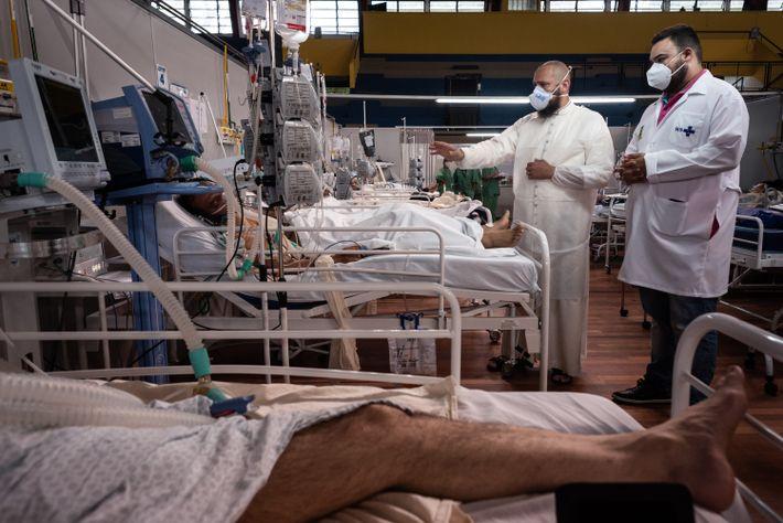 O padre Fernando Sapaterro abençoa pacientes de covid-19 no hospital de campanha Pedro Dell'Antonia, em Santo ...