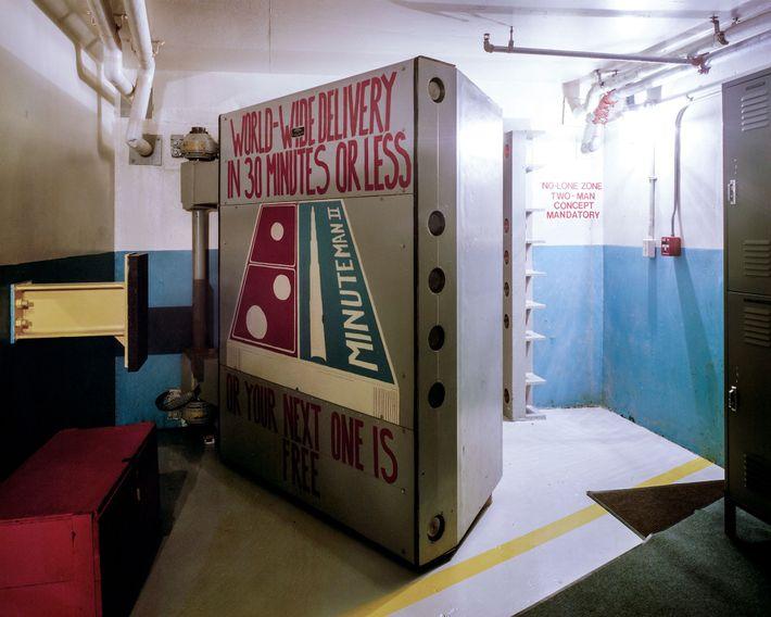 """Esta porta de emergência, decorada com """"arte de moral"""", selou a tripulação de duas pessoas dentro ..."""