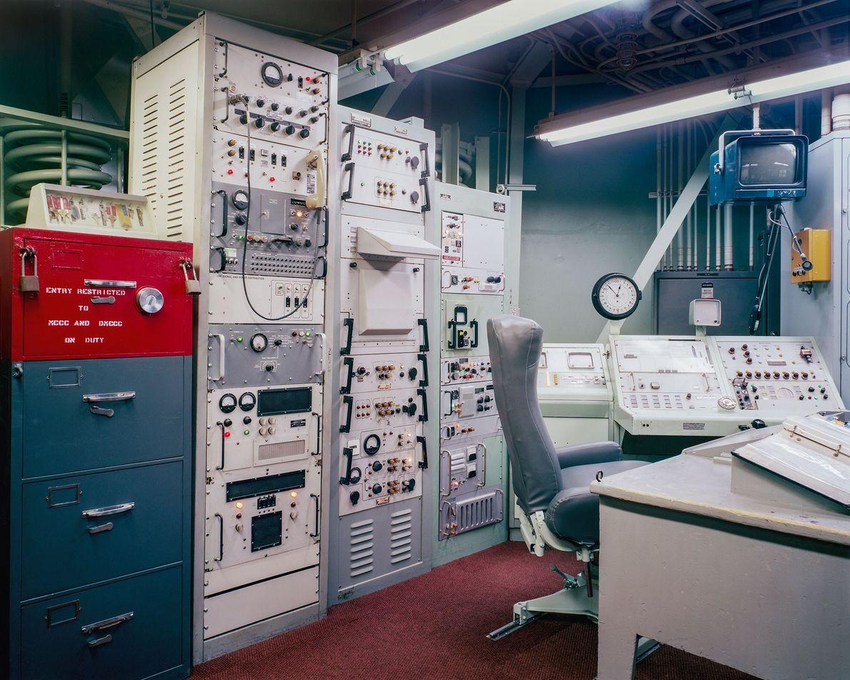 No centro de controle de lançamento subterrâneo do Titan Missile Museum, no Arizona, a cadeira do ...