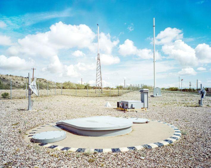 Montagem de antenas na superfície do silo do Titan Missile Museum. Quando os Titan IIs foram ...