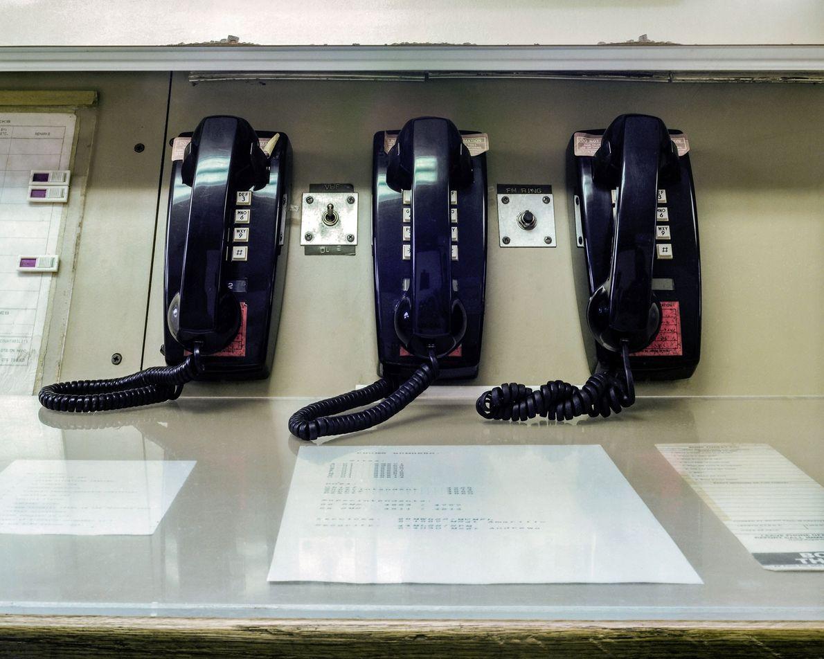 Telefones alinham um console de nível de superfície no MMNHS. Ao se reportar ao dever em ...