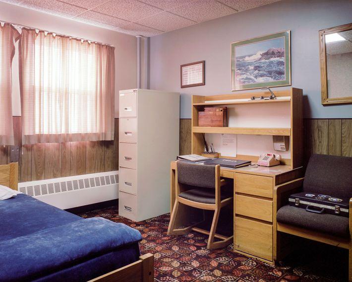 A sala e o escritório combinados do gerente da instalação no MMNHS mostram a estranha domesticidade ...
