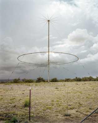 Uma antena de comunicação sai do silo subterrâneo Titan II. De 1963 a 1987, 54 Titan ...
