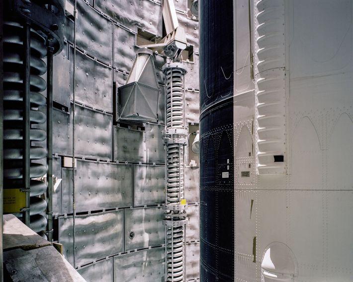 A luz joga dá a cada rebite em relevo acentuado no Nível 5 do míssil Titan ...