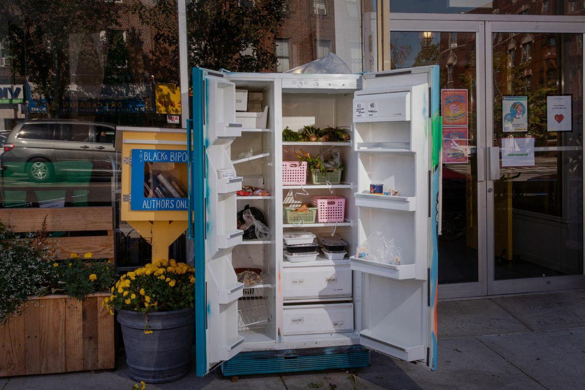 Em Queens, Nova York, uma geladeira comunitária permite que as pessoas doem ou coletem alimentos. Epicentro ...