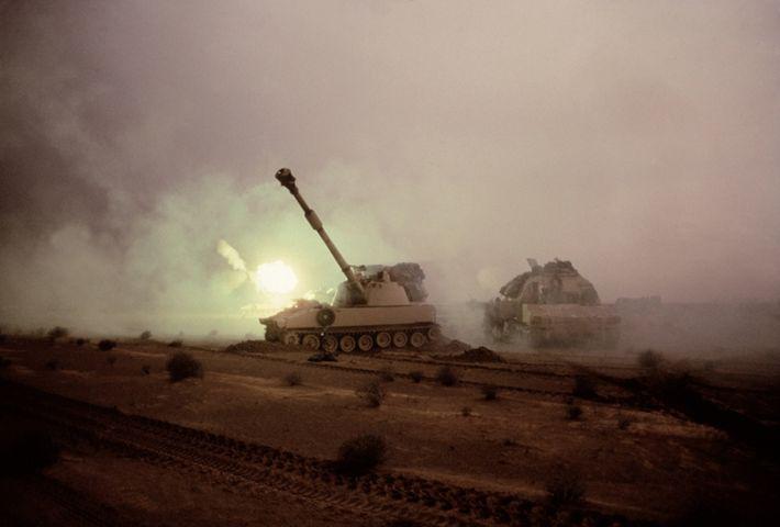 Um tanque M1A1 atira em direção às posições iraquianas. O enorme canhão do tanque disparou projéteis ...