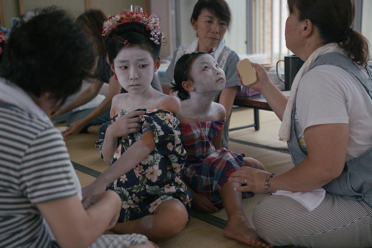 Meninas pintadas de Lady Shizuka, uma das mais famosas shirabyōshi, ou dançarinas da corte, do Japão ...