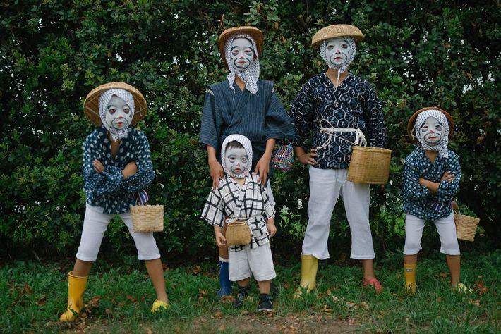 """Crianças vestidas de """"pescadores bêbados"""" posam para uma foto."""