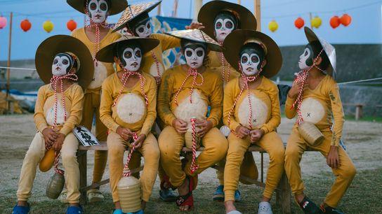 Crianças vestidas de Tanuki, ou cães-guaxinins, posam para uma foto do grupo na Ilha Himeshima. Tanukis ...