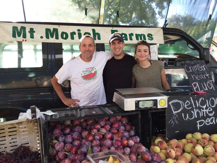 O escritor Daniel Stone no Davis Farmers Market, Califórnia, com seus amigos Steve Smit (à esquerda) ...