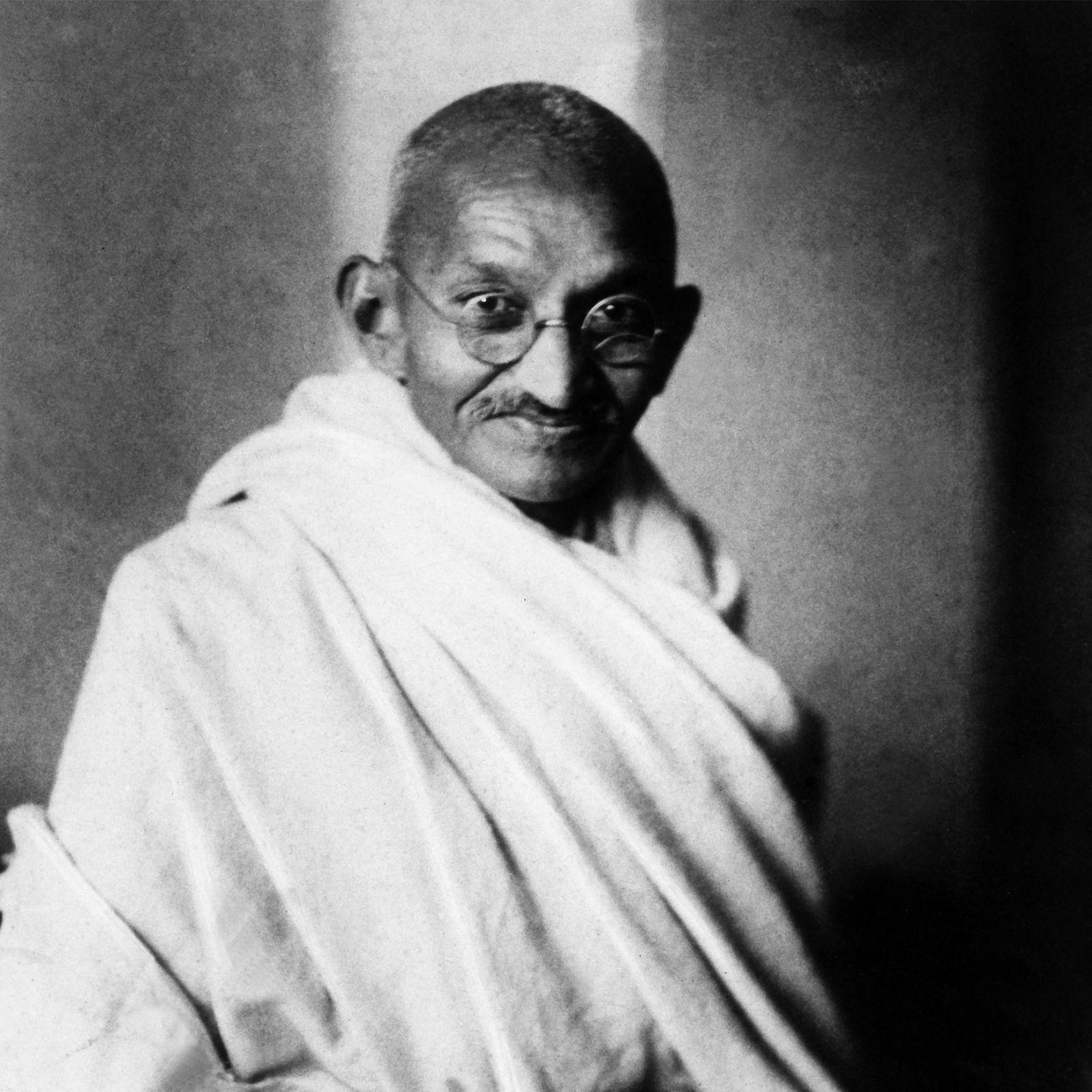 """Amplamente referido como Mahatma, que significa """"grande alma"""" ou """"santo"""" em sânscrito, Gandhi ajudou a Índia ..."""