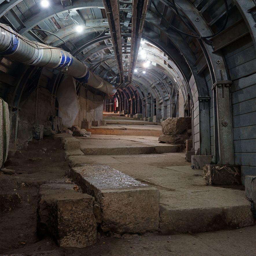 Para revelar uma antiga rua com degraus em Jerusalém, arqueólogos e engenheiros israelenses estão construindo uma ...