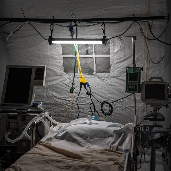 Com hospitais sobrecarregados pelos casos de Covid-19, a cidade de Nova York, nos EUA, passa a ...