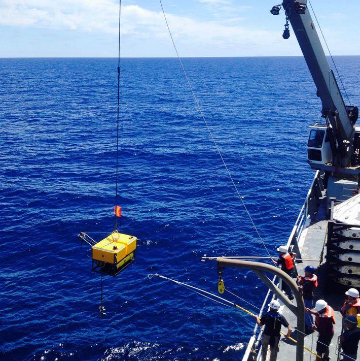 Cientistas a bordo da embarcação R/V Thomas G. Thompson recuperam um sismógrafo que registrava terremotos no ...