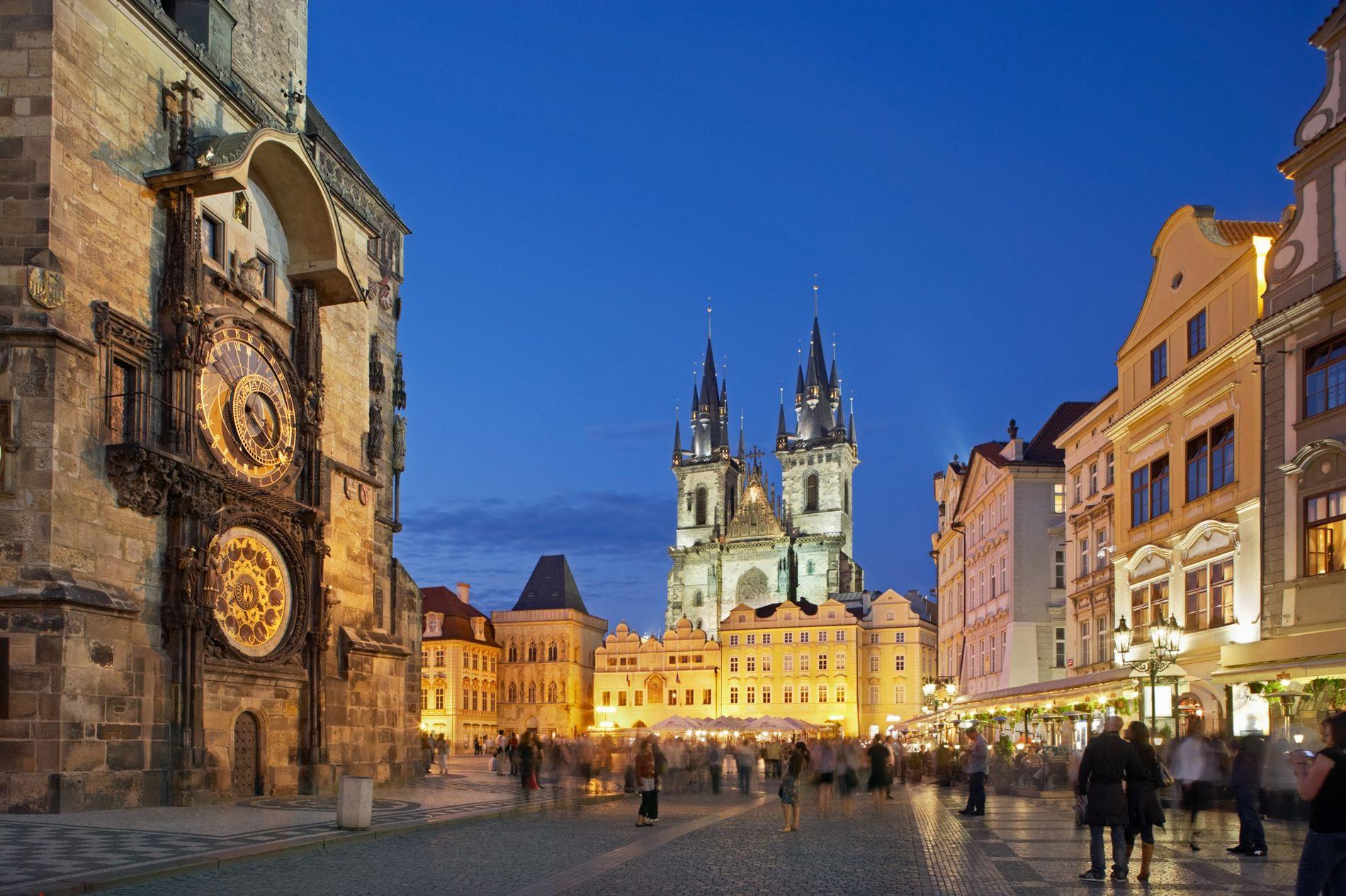 O Relógio Astronômico na Praça da Cidade Velha de Praga funciona mais como um astrolábio do ...