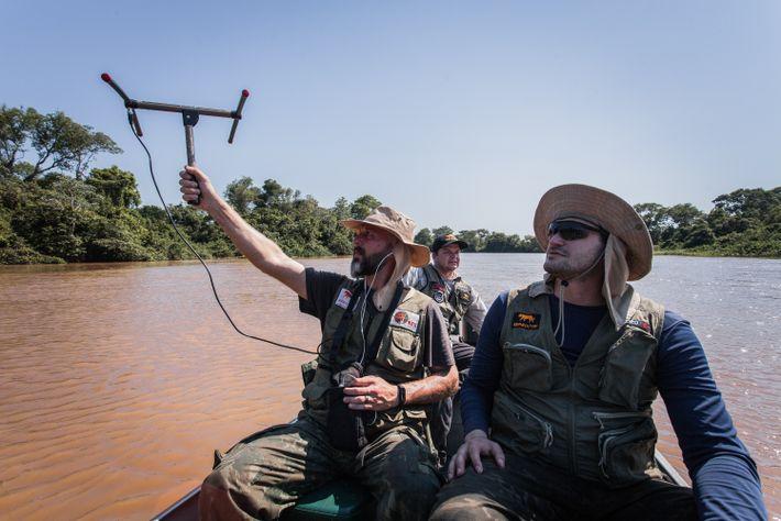 Os pesquisadores Pedro Nacib Jorge Neto, à direita, Gediendson Ribeiro de Araújo, ao fundo, e Thiago Luczinski, navegam pelo ...