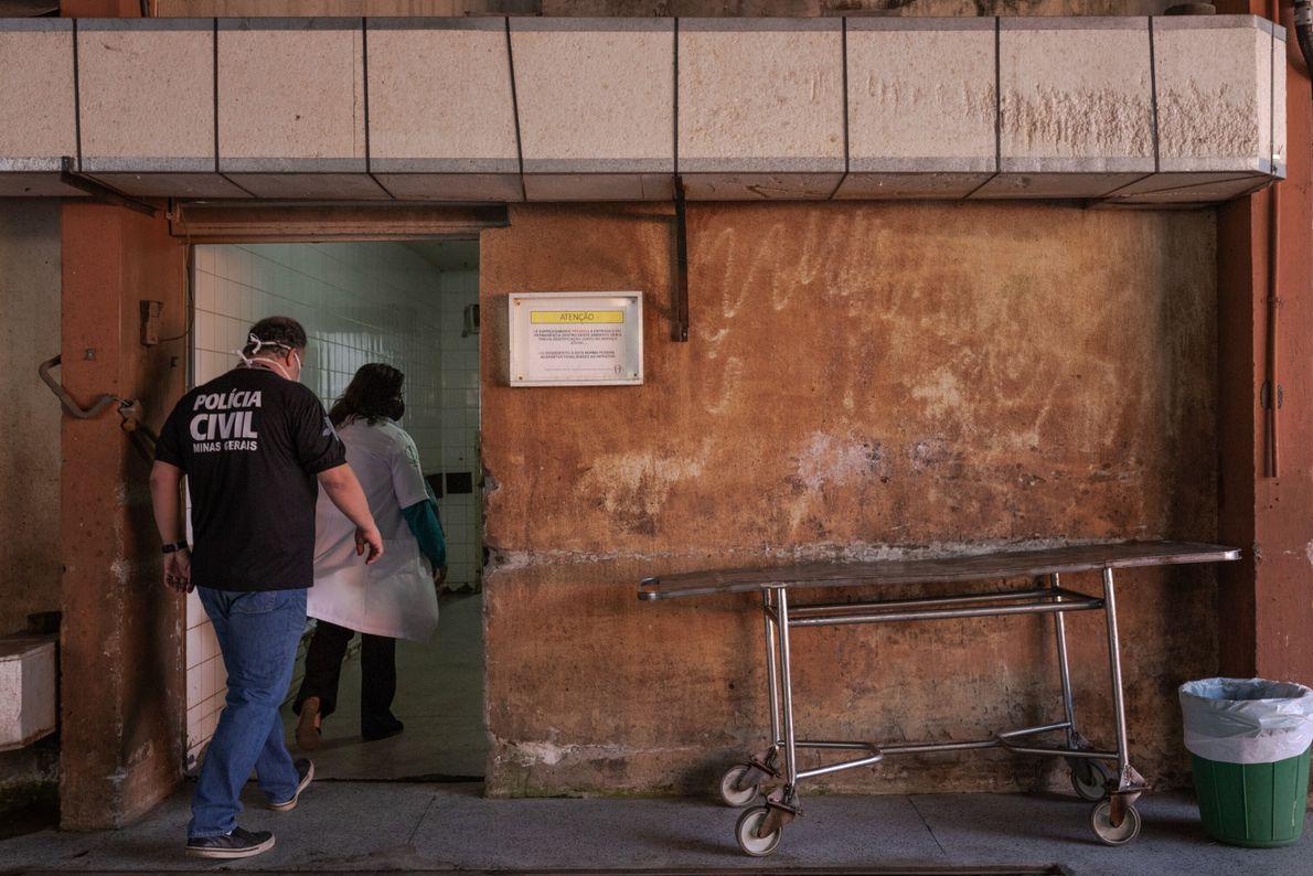 Dra. Cláudia Sueli, médica legista, e Dr. Bernardo Guimarães Teixeira, perito criminal, entram no IML de Belo ...
