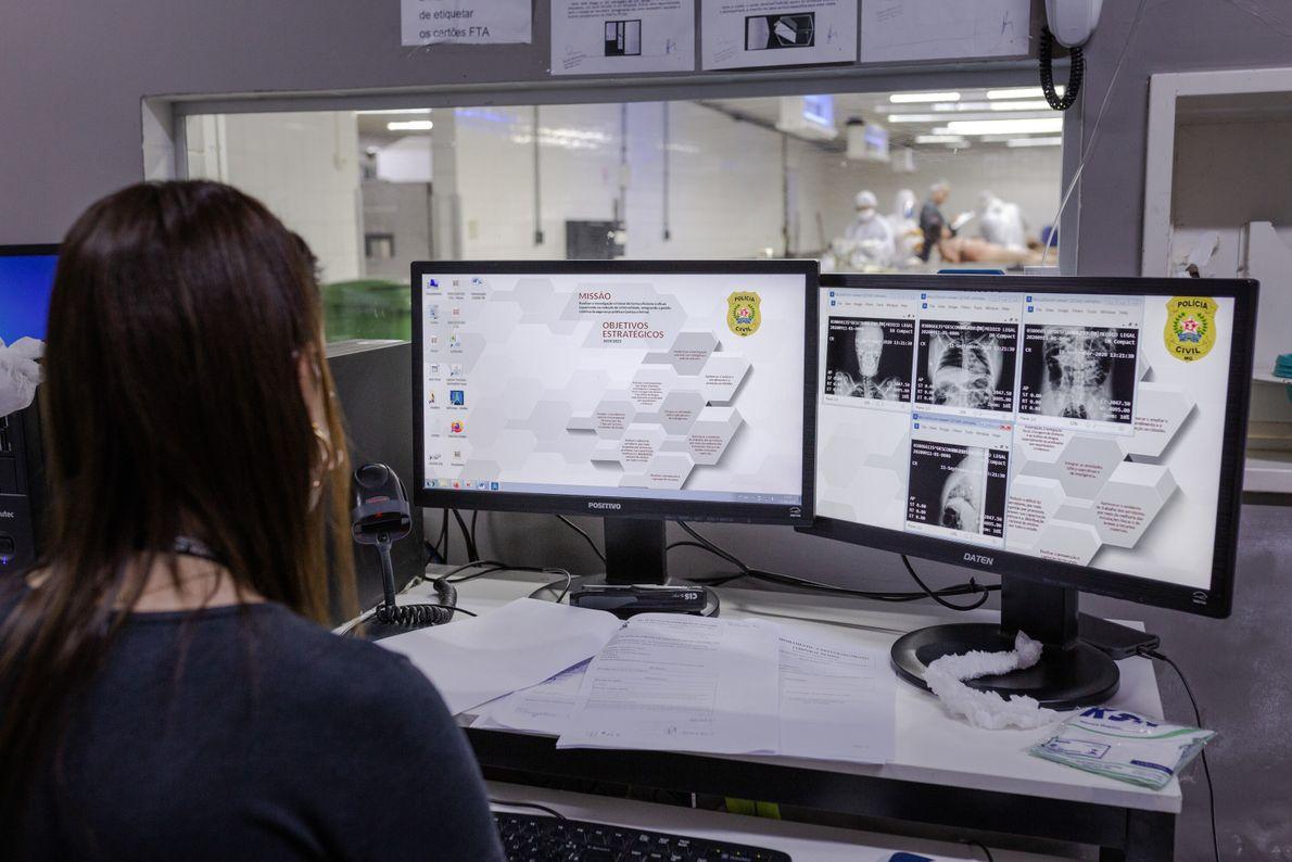 Na sala de necropsia são realizados exames para identificar lesões, traumas e demais vestígios que causaram ...