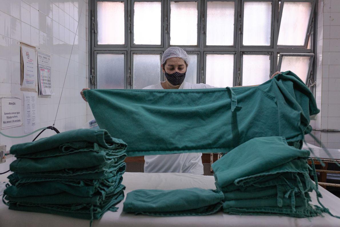 Elisângela Alves é a responsável por cuidar da lavanderia do IML. Ela relata desgaste físico e ...