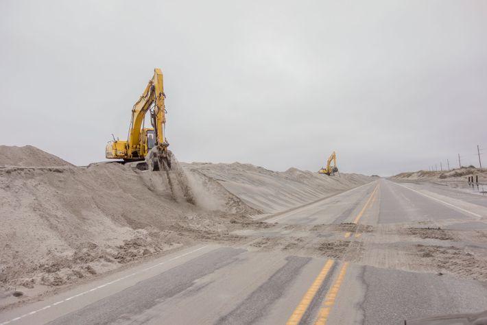 A areia soprada pelo vento na Cape Hatteras National Seashore é responsável pelo contante fechamento e ...