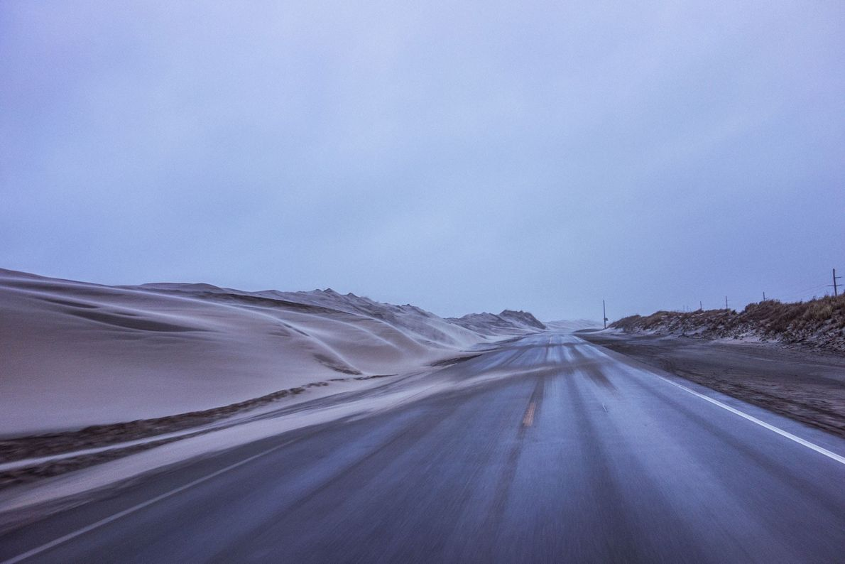 A areia levada pelo vento cobre a rodovia 12 da Carolina do Norte, causando o fechamento ...