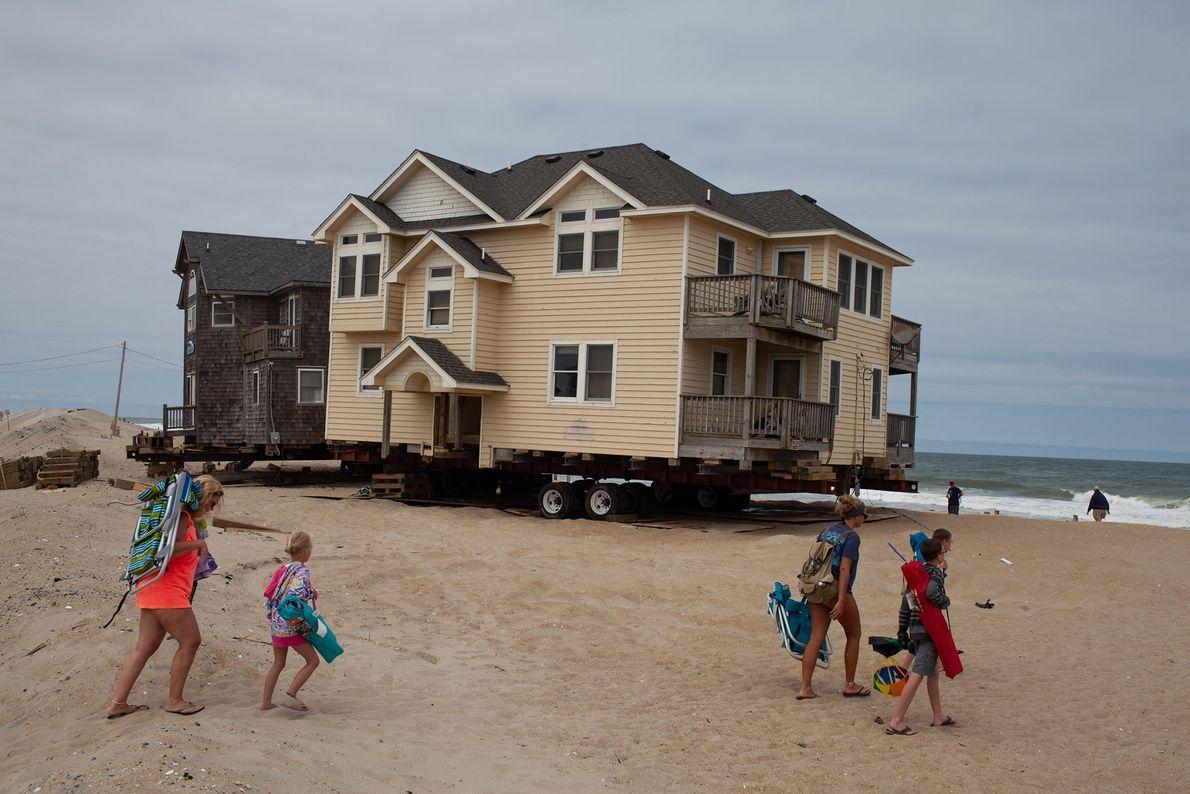 Moradores e visitantes avaliam os danos do furacão Joaquin, que atingiu a região em 2015.