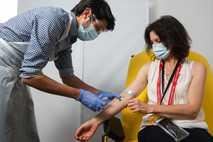 Mulher é vacinada com a candidata ChAdOx1, na Universidade de Oxford, Reino Unido. Antes da pandemia ...
