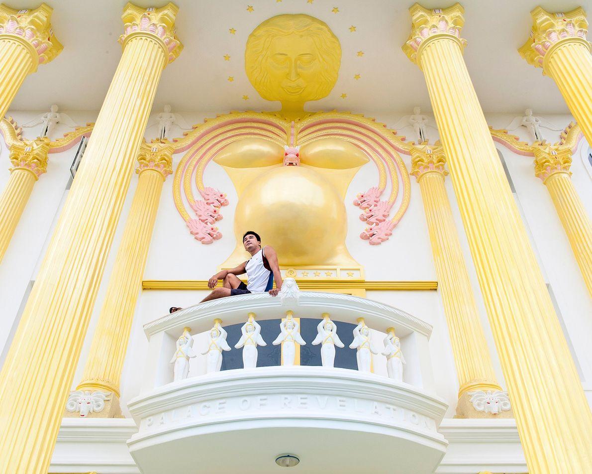"""A varanda do hotel foi inspirada pela Revelação 12: """"E viu-se um grande sinal no céu; ..."""