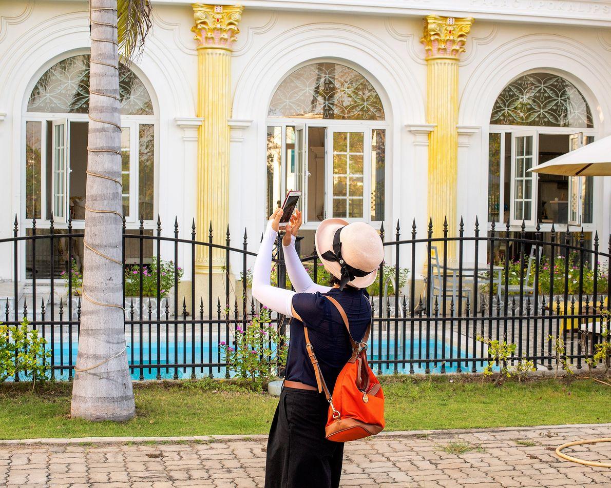 Um turista de passagem tira fotos do Palácio das Revelações.