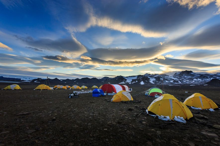 Acampamento de pesquisa na ilha Vega, na Antártida. Os paleontólogos montam acampamento em diferentes locais do ...