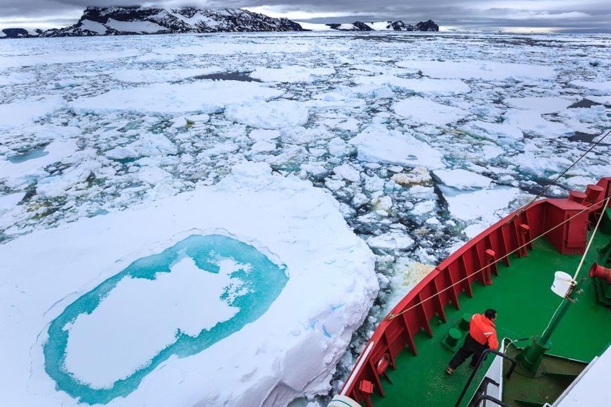 Todo o trabalho dos pesquisadores é apoiado pela Marinha do Brasil. O deslocamento pelas ilhas antárticas ...