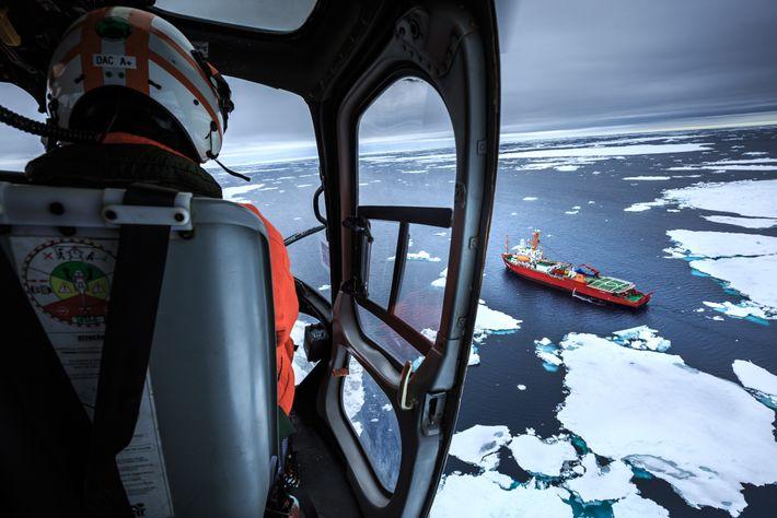 Do alto, helicópteros da Marinha buscam por icebergs e blocos de gelo e orientam o trajeto ...