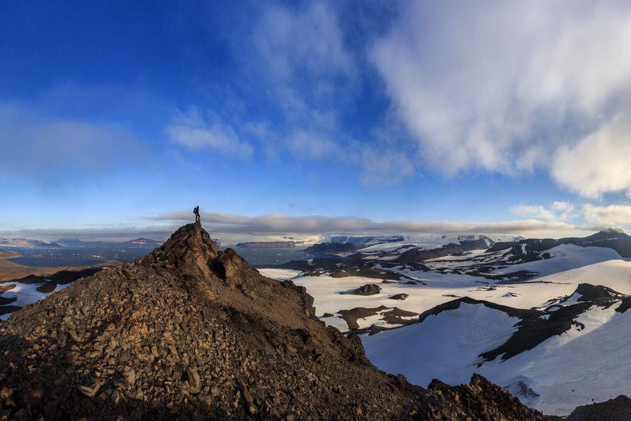 Escalador analisa terreno do alto de montanha na ilha James Ross. Para superar a geografia acidentada ...